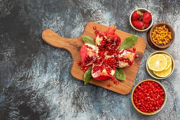 Bovenaanzicht van gesneden granaatappels met verschillende ingrediënten