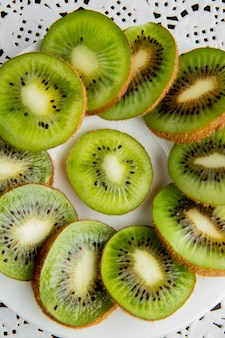 Bovenaanzicht van gesneden kiwi's op papier kleedje oppervlak