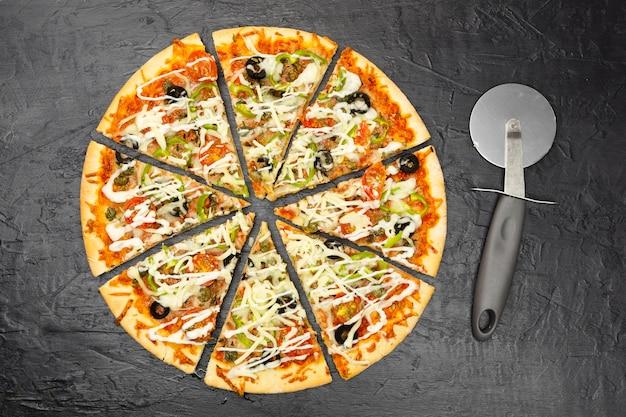 Bovenaanzicht van gesneden pizza
