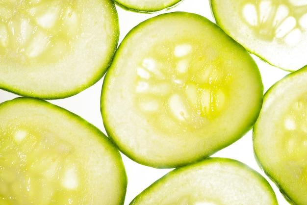 Bovenaanzicht van gesneden plakjes komkommer