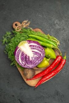 Bovenaanzicht van gesneden rode kool met andere groenten