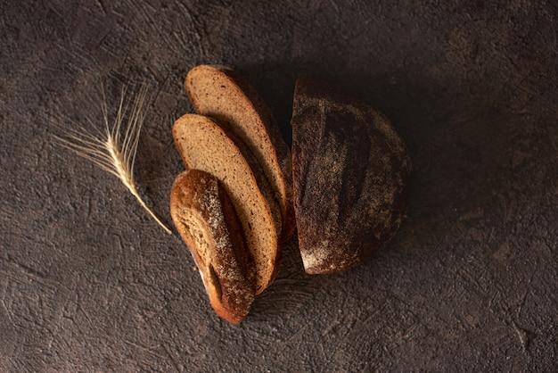 Bovenaanzicht van gesneden volkoren brood