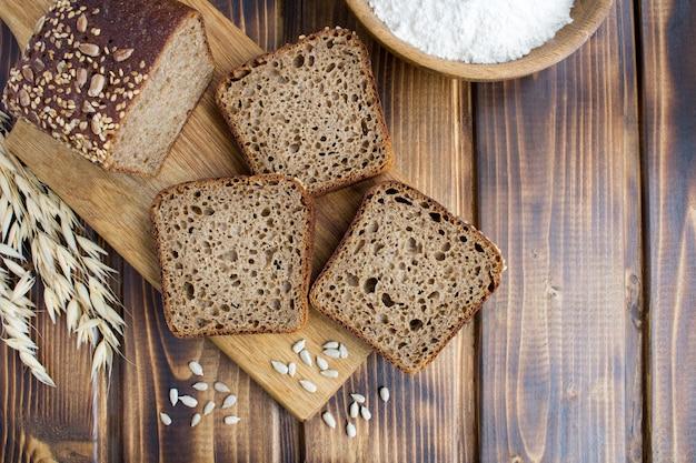 Bovenaanzicht van gesneden zelfgebakken brood op de snijplank