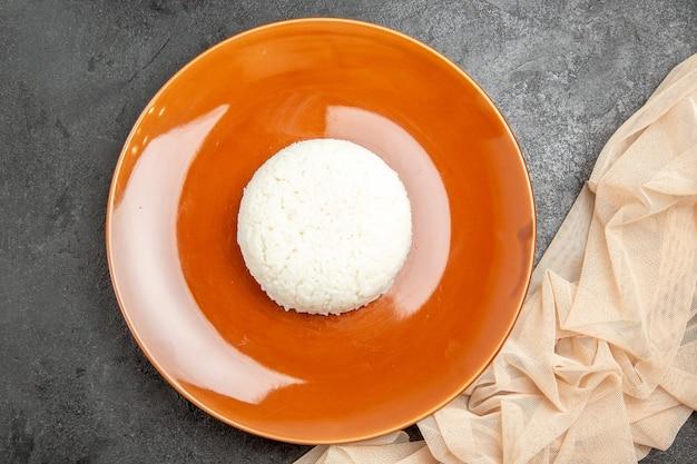 Bovenaanzicht van gestoomde rijst op een bruin bord