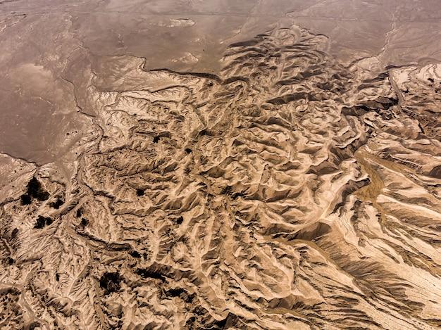 Bovenaanzicht van gestreept oppervlak van geërodeerde lava van actieve kratervulkaan