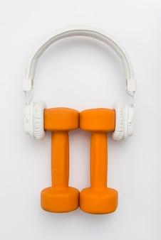 Bovenaanzicht van gewichten met koptelefoon op
