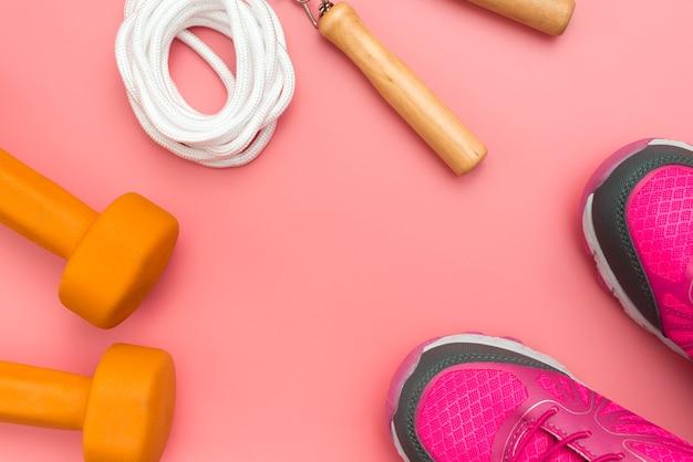 Bovenaanzicht van gewichten met springtouw en sneakers
