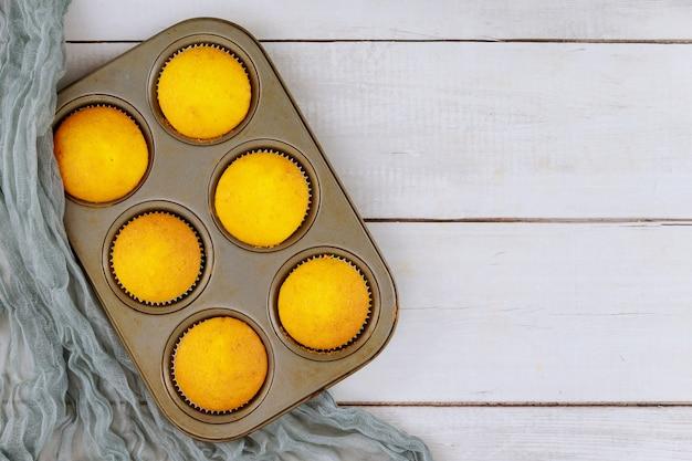 Bovenaanzicht van gewone zelfgemaakte cakejes in bakplaat