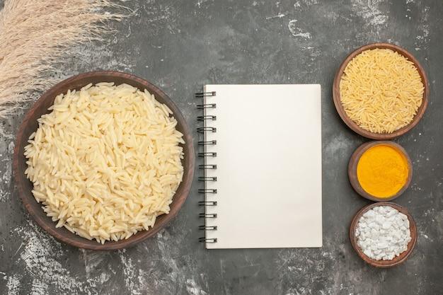Bovenaanzicht van gewoon gekookte rijst met verschillende kruiden