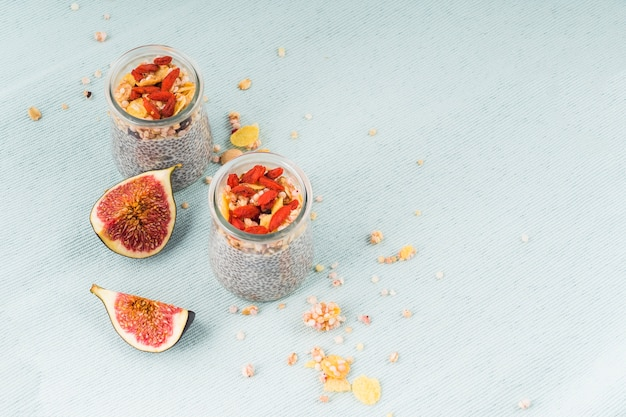 Bovenaanzicht van gezond ontbijt en vijgen plakjes voor ochtendontbijt