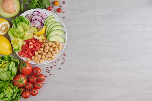Bovenaanzicht van gezond uitgebalanceerd vegetarisch eten