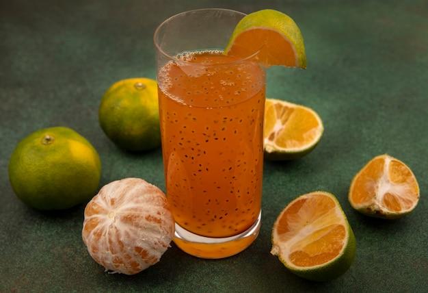 Bovenaanzicht van gezonde en verse mandarijnen met vers vruchtensap in een glas