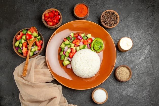Bovenaanzicht van gezonde salade met rijst