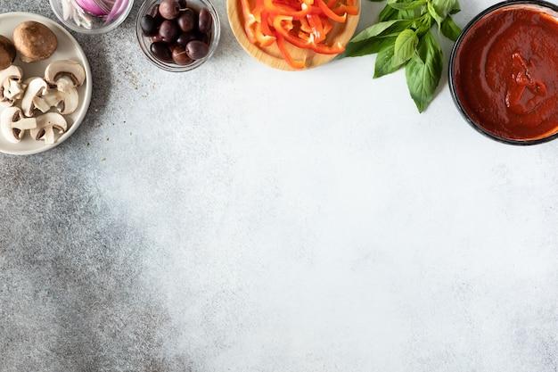 Bovenaanzicht van gezonde veganistische pizza met groenten en champignons