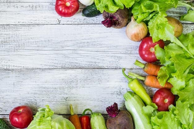 Bovenaanzicht van gezonde voeding achtergrond met kopie ruimte. gezond voedselconcept met verse groenten en ingrediënten om te koken.