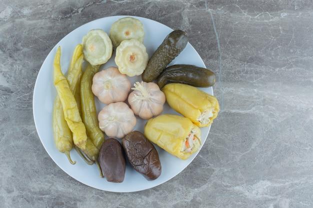 Bovenaanzicht van gezonde zelfgemaakte ingeblikte groenten. .