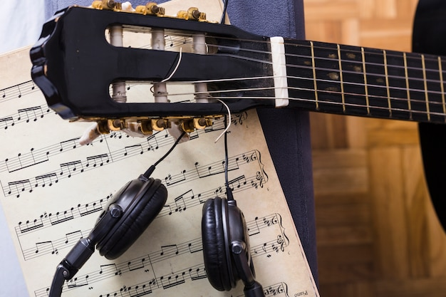 Bovenaanzicht van gitaar en muziek notities