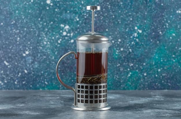 Bovenaanzicht van glas thee met kaneelstokje en verse citroen.
