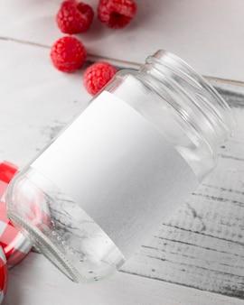 Bovenaanzicht van glazen pot met frambozen