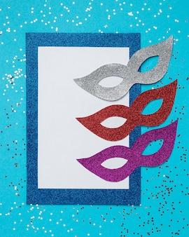 Bovenaanzicht van glitter carnaval maskers
