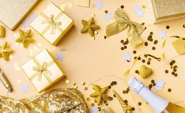 Bovenaanzicht van gouden feestdecoraties met confetti en geschenkverpakkingen