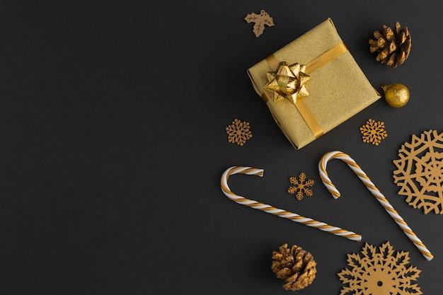 Bovenaanzicht van gouden kerstversiering en cadeau