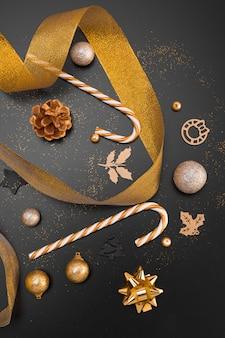 Bovenaanzicht van gouden lint en kerst ornamenten