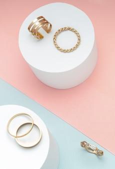 Bovenaanzicht van gouden ringen ingesteld op roze en blauwe achtergrond