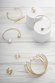 Bovenaanzicht van gouden sieraden accessoires armbanden en ringen collectie