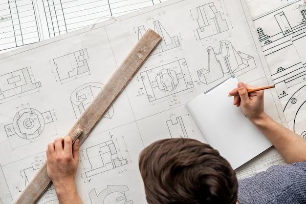 Bovenaanzicht van grafisch ontwerper teken een grafiek b