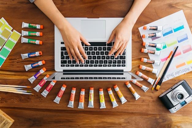 Bovenaanzicht van grafisch ontwerper typen op laptop