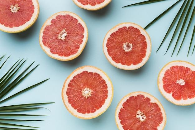 Bovenaanzicht van grapefruits met bladeren