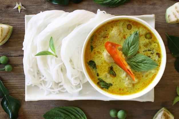Bovenaanzicht van groene curry vis bal in witte kom