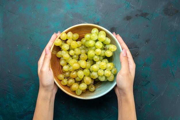 Bovenaanzicht van groene druiven verse mellow sappige binnenkant plaat op donker, vers zacht sap
