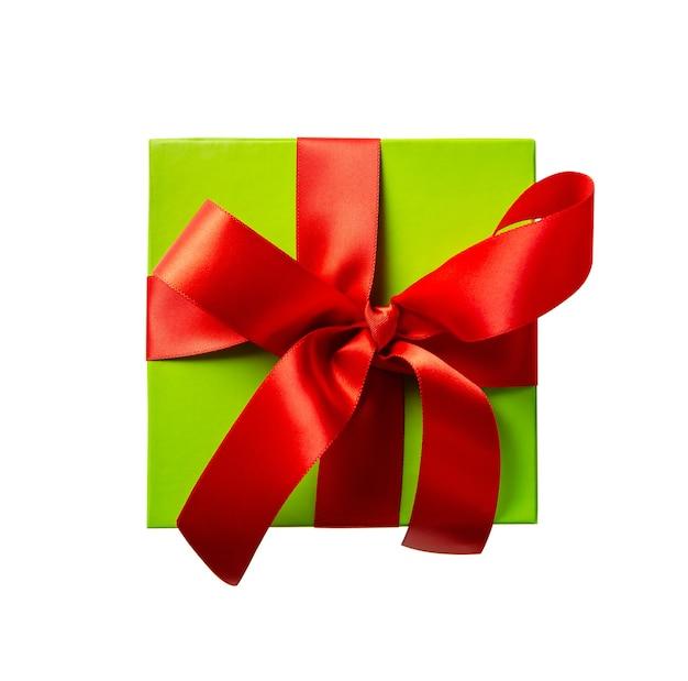 Bovenaanzicht van groene geschenkdoos met rood lint geïsoleerd op een witte achtergrond
