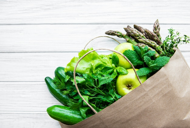 Bovenaanzicht van groene groenten in boodschappentas