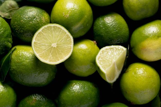 Bovenaanzicht van groene limoenen