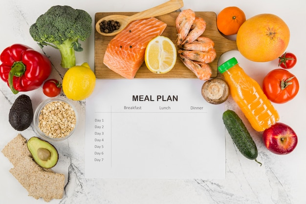 Bovenaanzicht van groenten en zalm met plan