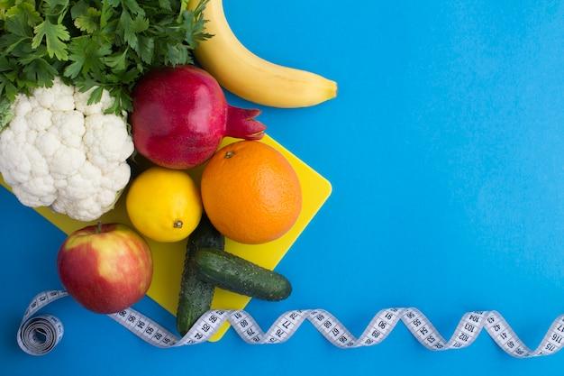 Bovenaanzicht van groenten, fruit en witte centimeter