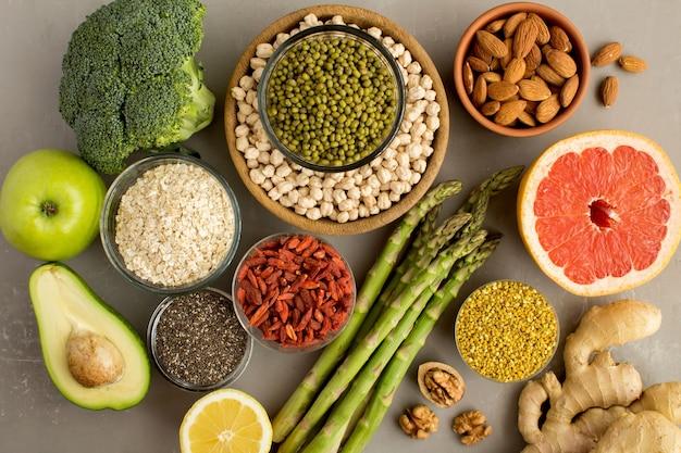 Bovenaanzicht van groenten, fruit, peulvruchten, noten en bijenpollen