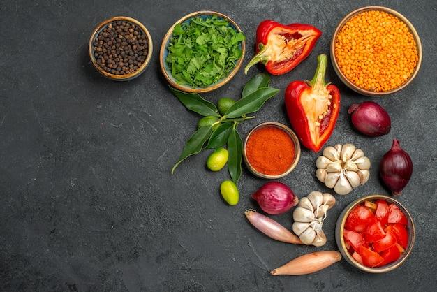Bovenaanzicht van groenten, linzen, kruiden, tomaten, paprika, kruiden, ui, knoflook, citrusvruchten