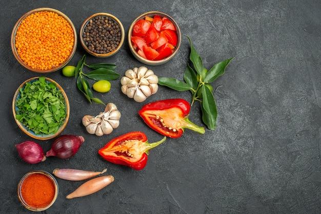 Bovenaanzicht van groenten, linzenuien, knoflook, kruiden, specerijen, tomaten, paprika