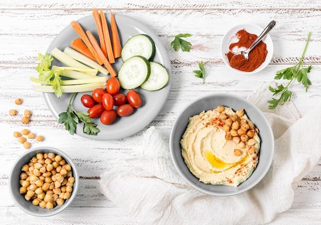 Bovenaanzicht van groenten met hummus
