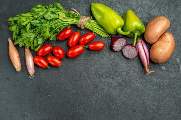 Bovenaanzicht van groenten met vrije plaats voor uw tekst op donkergrijsgroene achtergrond