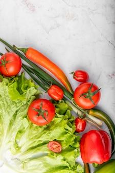 Bovenaanzicht van groenten op witte ondergrond