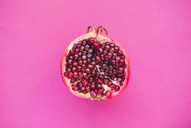 Bovenaanzicht van half granaatappel
