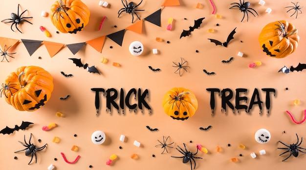 Bovenaanzicht van halloween-ambachten, oranje pompoen, spook, vleermuis en zwarte spin