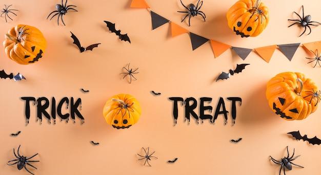 Bovenaanzicht van halloween ambachten oranje pompoen spookvleermuis en zwarte spin op pastel achtergrond