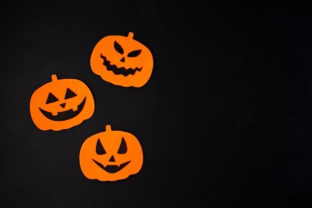 Bovenaanzicht van halloween-decoratie met plastic vleermuizen