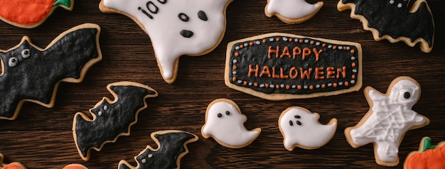 Bovenaanzicht van halloween feestelijk versierde suikerglazuur peperkoek suiker koekjes met kopie ruimte en plat lay-out.